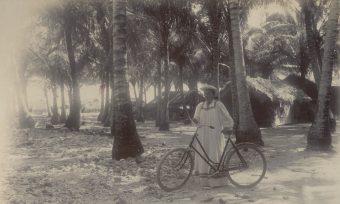 Fotografie, Frau mit Fahrrad am Strand
