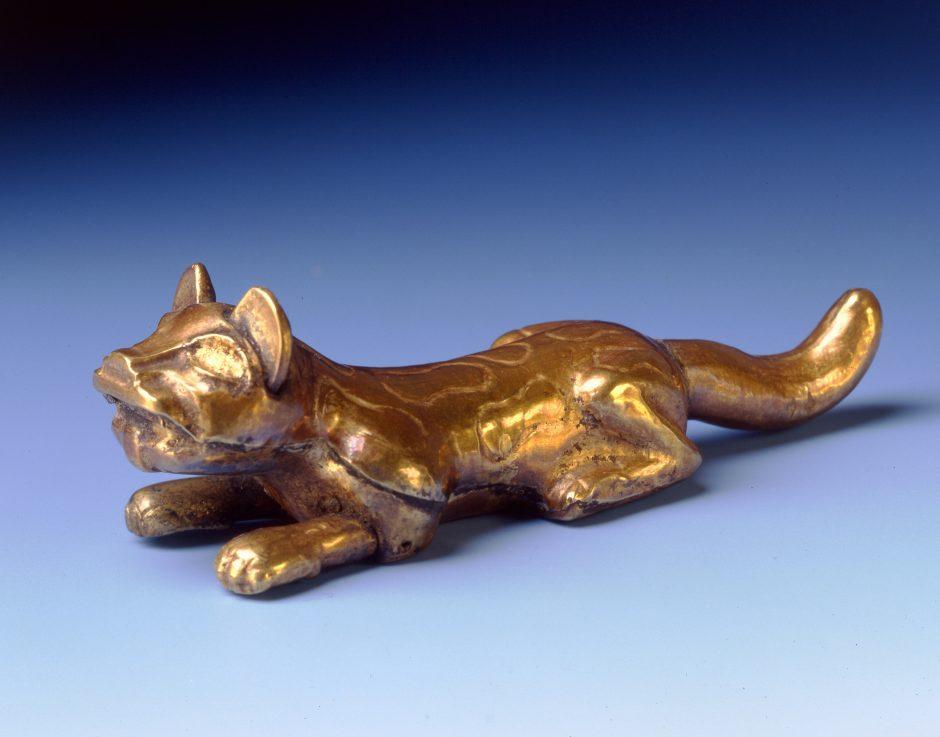 Anhänger, Jaguar, aus getriebenem und ziselierten Gold-Kupferblech