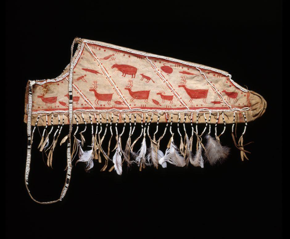 Bemalter Lederköcher mit Darstellungen von Tieren und Jäger*innen