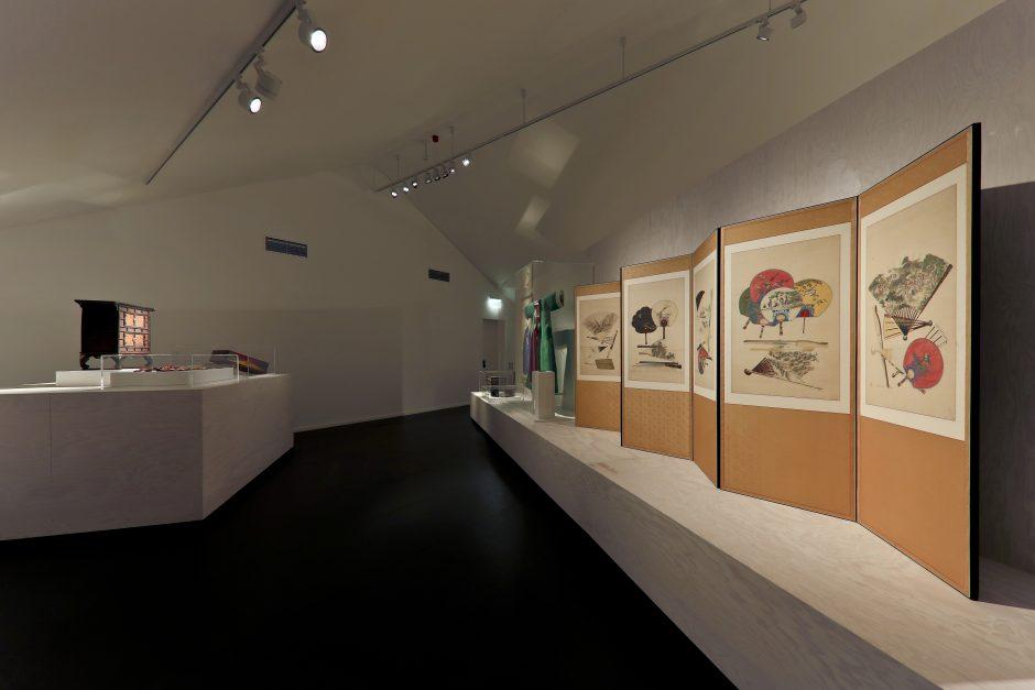 Aufnahme aus der Ausstellung, zeigt Stellschirm mit Fächern