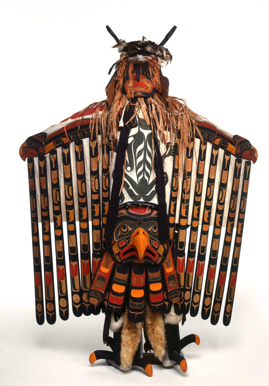 Maskenanzug in Gestalt eines Donnervogels, ausgreifende Arme, bunt