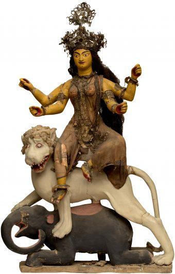 Figur der vierarmigen Göttin Durga sitzend auf einem Löwen und Elefanten