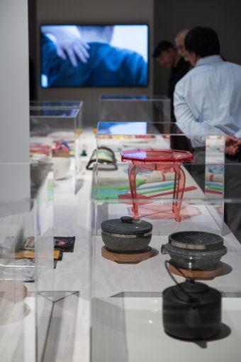 Ausstellungsaufnahme, Vitrinen, Besucher*innen