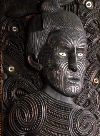 Gesicht des Maui, geschnitzt