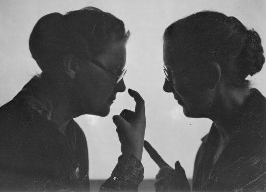 Zwei Frauen, Gespräch, Gesten, s/w Fotografie