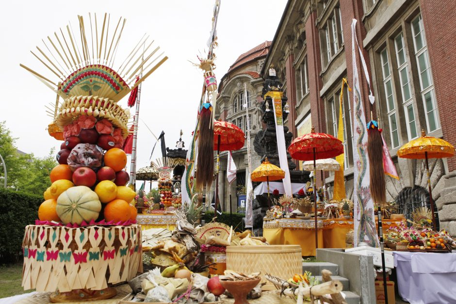 Tempelfest vor dem Museum, Lebensmittel, Dekoration, Schirme, Gebäude, Pura Sangga Bhuwana, Säule des Kosmos, Tempel des Hindu Dharma