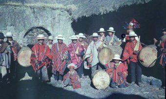 Fest, Bolivien, Gruppe, Tracht, Musikinstrumente, Trommeln, Flöten, Dorf, Gebirge, Hüte, Poncho