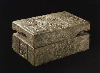 Reliefverzierte Steinkiste mit Deckel