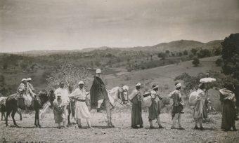 Karavane, Schum, Frau, Äthiopien, Reise, Besuchsreise, Reiter, Träger, Pferde, Sonnenschirm, Gepäck, Hügellandschaft