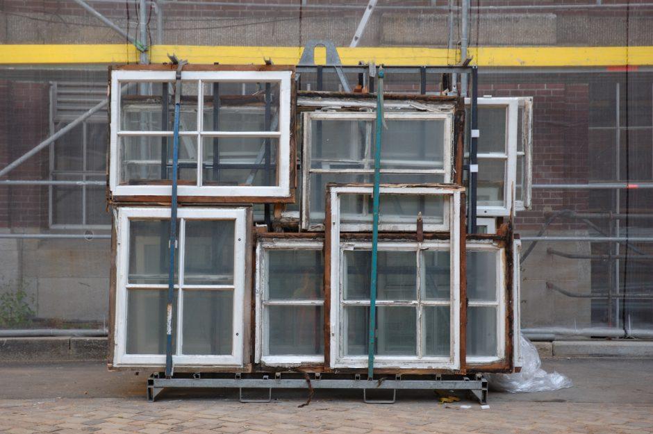 Gebäude, Innenhof, alte Fenster, Baugerüst