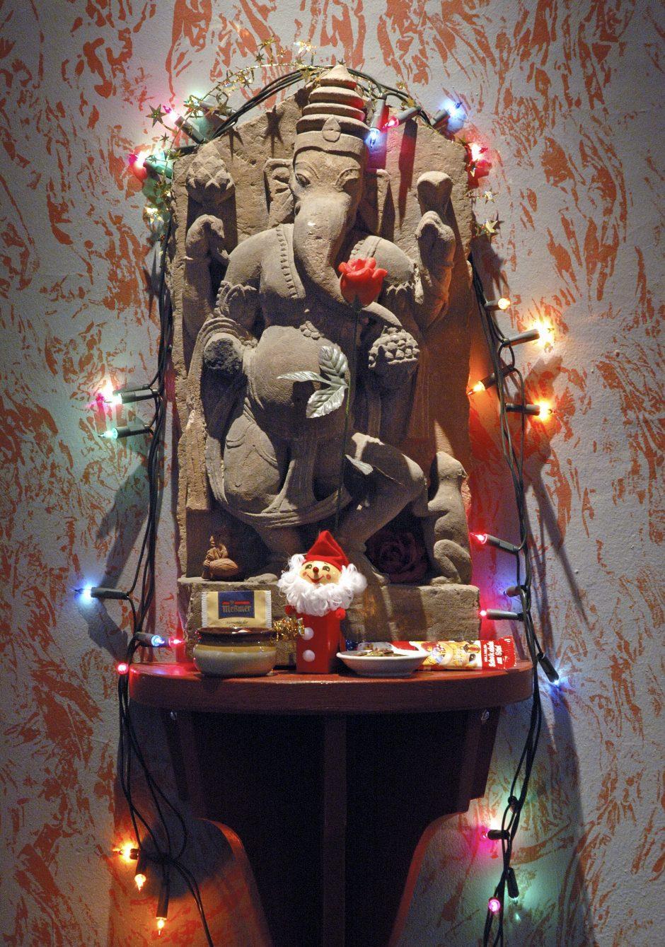 Steinerne Statue des hinduistischen Gottes Ganesha (Menschenkörper mit vier Armen und Elefantenkopf)