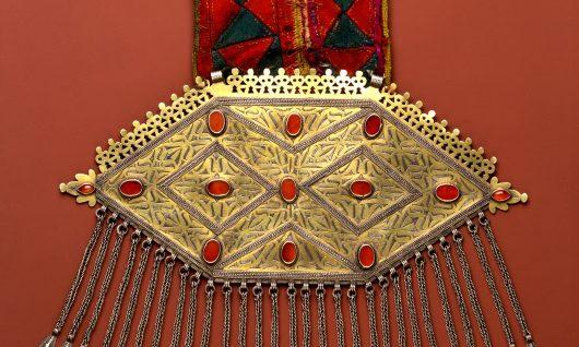 Brustanhänger, Silber, vergoldet, Textilband
