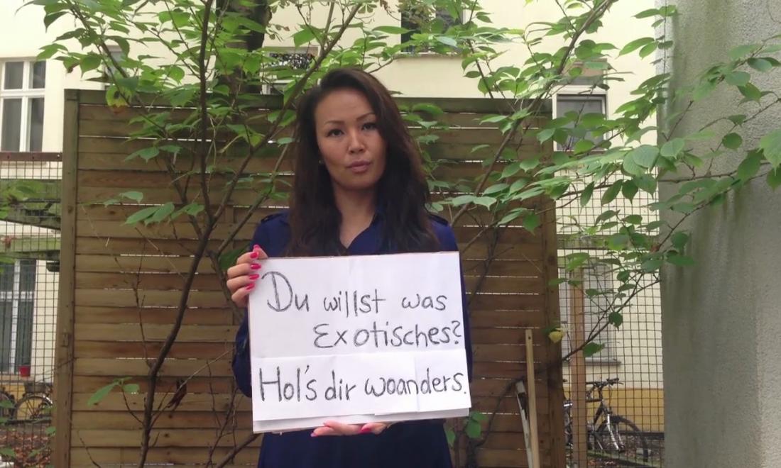 Eine junge Frau hält ein Schild hoch. Auf ihm steht: Du willst was Exotisches? Hol´s dir woanders