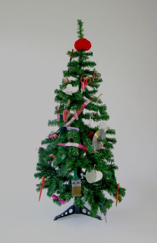 Weihnachtsbaum, dekoriert mit diversen Materialien