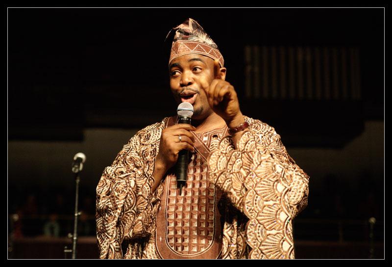 Porträt des Gospelsängers Folarin Omishade mit Mikrofon in der Hand