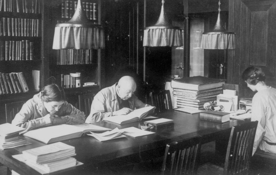 Schwarzweißfoto von lesenden Personen im Lesesaal um 1925