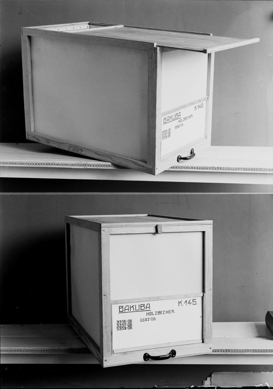 zwei Regalborde, zwei Holzkisten mit Beschriftung, s/w Fotografie