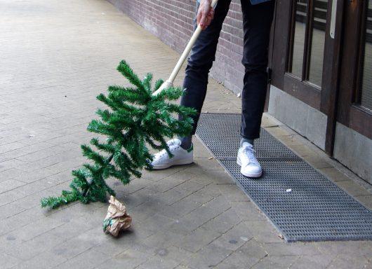 Die Designerin Silvia Knüppel nutzt einen kleinen Tannenbaum als Besen