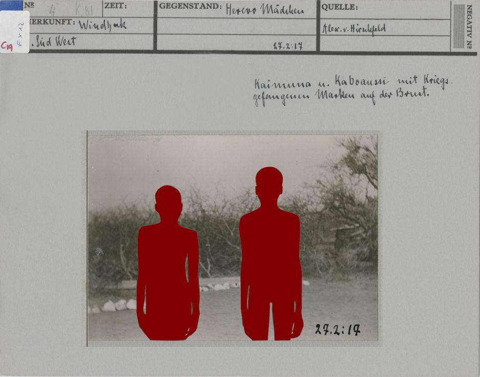 Historische Ikonokarte, künstlerisch bearbeitet von Vitjitua Ndjiharine, s/w Fotografie, Landschaft, zwei Menschen