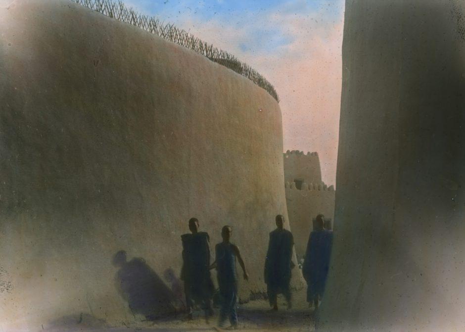 Expedition, Goulfey, Strasse, Sultanspalast, vier Menschen, Fotografie, handkoloriert