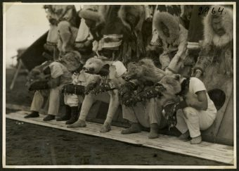 Maskenträger auf King Island (Nome Alaska)