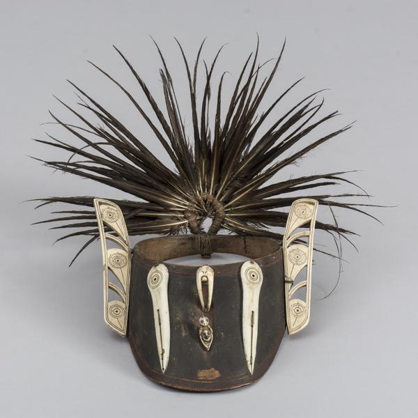 Augenschirm aus Holz mit Schnitzerei aus Walzahn