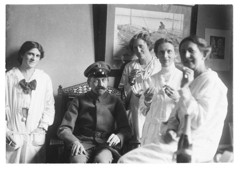 Gruppenbild der Zeicherinnen mit Arthur Byhan, Kustos der Europa-Sammlung des Museums, s/w Fotografie