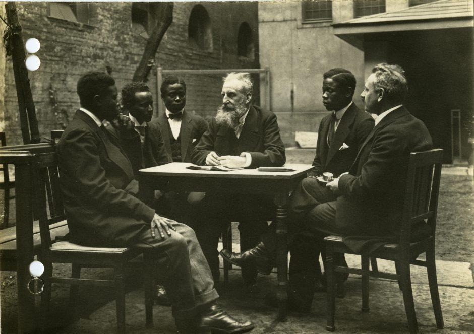 Wilhelm Doegen mit kriegsgefangenen Afrikanern im Lager Ruhleben