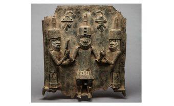 Bronzerelief König mit zwei Würdenträgern, unbekannter Künstler, Königreich Benin, Nigeria, 16./17. Jh., C 2897,