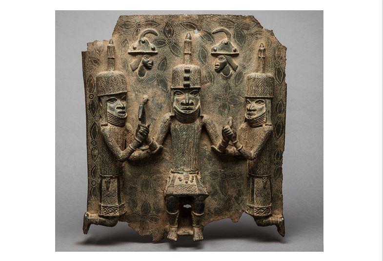 Bronzerelief, drei Personen, unbekannter Künstler, Königreich Benin, Nigeria, 16./17. Jh.