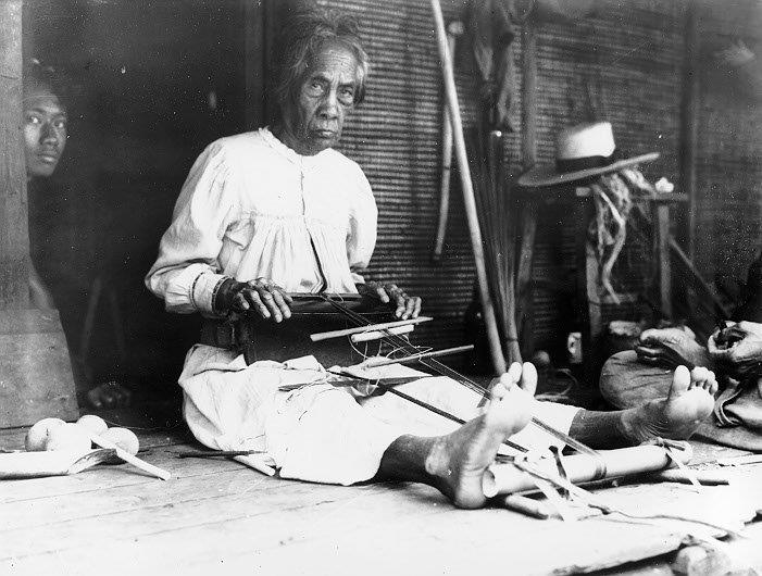 Aufnahme von 1910 von der letzten Weberin am Webstuhl aus Uona