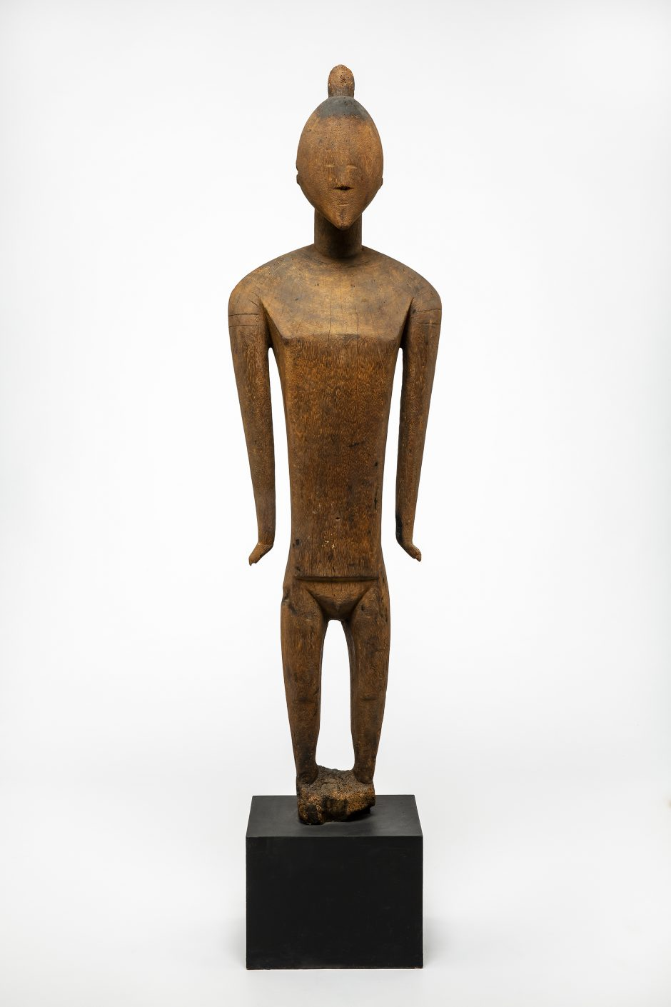 Standing figure, sculpture – Tino aitu, wood, pedestal, early 19th century