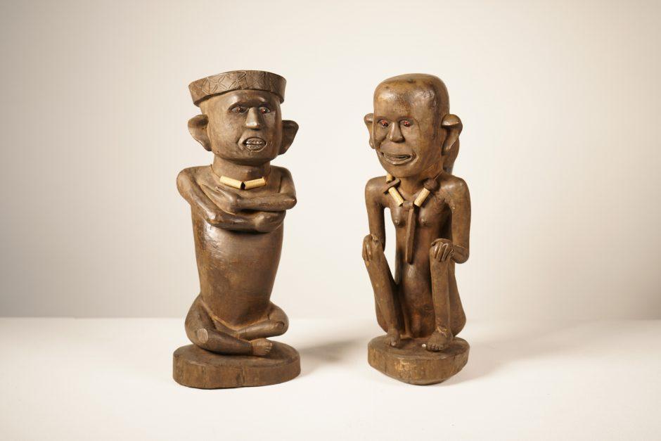 Skulpturenpaar mit Amulettketten