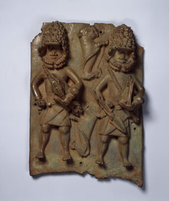 Reliefplatte mit zwei Leopardenjägern mit Ausstattung