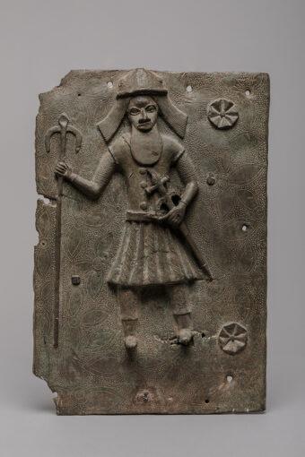 Bronzereliefplatte, Portugiese mit Luntenspieß und Schwert