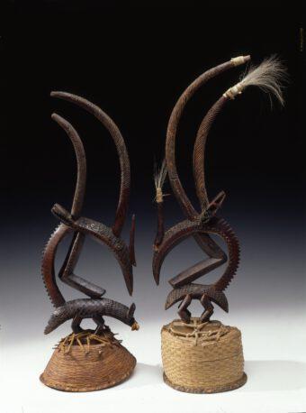 Zwei Masken (Kopfschmuck) aus Holz, die Antilopen darstellen