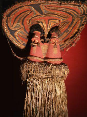 bunte Maske mit zwei Gesichtern aus Bambus, Pflanzenfasern und Federn