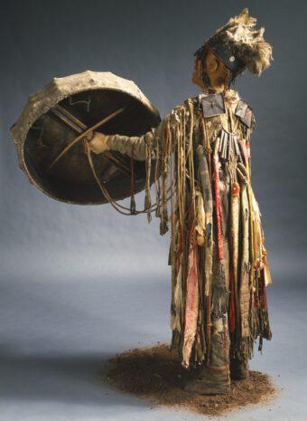 Mann, der ein sibirisches Schamanengewand trägt