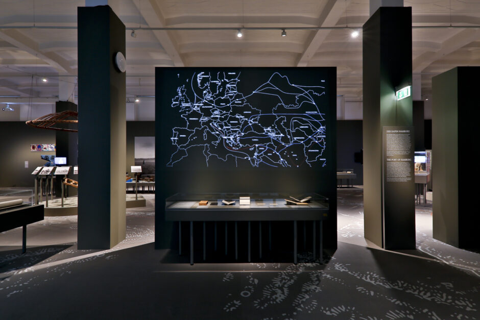 Blick in den Ausstellungsraum Steppen & Seidenstraßen