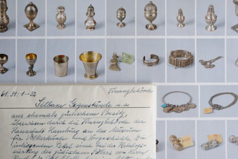 Silberobjekte und Karteikarte